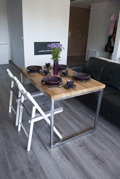 Der Tisch für die Küche, Esszimmer oder Büro-Schreibtisch aus massivem Eichenholz auf einem Stahlrahmen (roh, poliert Stahl). Tischplatte mit eine Mischung aus Bio-Ölen imprägniert. Moderne und...