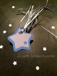 Lot de 6 Etoiles filantes étiquettes cadeaux bleu glacier et blanc irisé : Emballages cadeaux par la-petite-fabrique-a-sourires #noel #decorationnoel #cadeau #saccadeau #kdo #emballage #paquet #jolipaquet #etoilefilante #aupieddusapin #christmas #blanc #bleu #étoile #noeud #ruban #etiquettecadeau #noelpolaire #creation #creatrice #alm #alittlemarket #lapetitefabriqueasourires