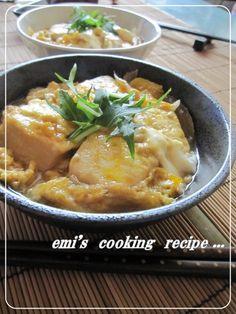甘辛豆腐の卵とじ     *1000れぽ感謝です*お豆腐に味が絡んで美味しいですよ。卵は半熟で。。。丼ぶりにもいいですね♪ 材料 (2人分) 豆腐 150gパック×2 玉ねぎ 1/4コ ☆だし汁 100cc ☆醤油 大さじ2 ☆酒 大さじ2 ☆みりん 大さじ2 片栗粉 適量 卵 2コ 彩りで水菜や小葱など 少し  作り方  1 豆腐は1パックを3×3でカットしました。玉ねぎは串切りにします。☆は合わせておき、卵は溶いておきます。 2 豆腐に片栗粉を全面にまぶし、フライパンに多めの油(分量外)をひいて焼き目をつけます。焼き目がついたら玉ねぎを入れます。 3 玉ねぎにある程度火が通ったら☆を入れてしばらく煮ます。 4 溶き卵を入れ、いい感じに半熟になってきたら器に移し、彩りで水菜などをのせて出来上がりです。