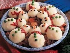 Here's one way to get your kids to eat dinner! Snowman Party Stew Recipe ~ Topped with eight mashed potato snowmen! I would use black olives cut small instead of peppercorns. Christmas Goodies, Christmas Treats, Christmas Baking, Holiday Treats, Holiday Recipes, Christmas Holiday, Christmas Snowman, Dinner Recipes, Cute Food