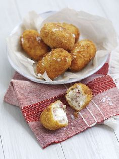 Spreadable fresh French goat's cheese and smoked ham croquettes Easy Starters, Smoked Ham, Goat Cheese, Goats, French, Food, Meal, French People, Light Appetizers