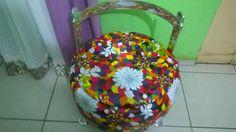 Poltrona bau feita com pneu,encosto em alumínio,pés em alumínio,revestida em corino  estampa flores, feito por Puffs da Lane