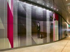 Op alle nieuwe stations van de Noord-Zuidlijn is een groot kunstwerk te zien, op het Centraal Station zelfs twee. Zaterdag gaat de nieuwe metrolijn... Centraal Station, Curtains, Home Decor, Blinds, Decoration Home, Room Decor, Interior Design, Draping, Home Interiors