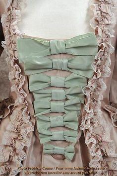 Mid 18th century Robe à la française satin rose avec pièce d'estomac orné d'échelle de