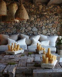 C'est le weekend, et on se retrouve avec ce superbe salon #salon #exterieur #extérieur #outdoor #poolhouse #travaux #bricolage #coussin #bois #wood #pierre #déco #deco #hashtagdeco