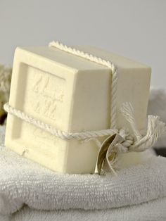Sulfate free soap is a much better option that using regular soaps. This chemical free alternative is gentle for hands and skin. Here is everything you must know about sulfate free soap including the best products available and a homemade soap recipe. Handmade Wedding Favours, Luxury Soap, Sulfate Free Shampoo, Homemade Soap Recipes, Goat Milk Soap, Cold Process Soap, How To Make Homemade, Home Made Soap, Soap Making