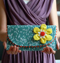 Adorable DIY clutch tutorial using ric rac - awesome! Love the zig zag design of ric rac Sewing Projects For Beginners, Sewing Tutorials, Sewing Crafts, Diy Clutch, Diy Purse, Clutch Bag, Tote Bag, Purse Patterns, Sewing Patterns Free