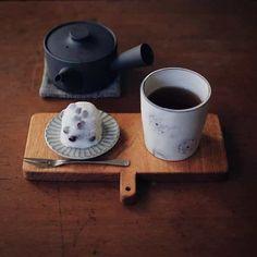 おしゃれな人はみんな持っている。クールなのにあたたかい #イイホシユミコ さんのお皿|#おうちごはん Tea Cup Saucer, Tea Cups, Beach Cafe, Food Wishes, Small Tray, Vintage Cafe, Cafe Menu, Japanese Sweets, Kitchen Dishes