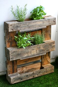 DIY Pallet herb / flower rack. Step-by-step photos and detailed instructions in English and in Finnish. An easy and quick up cycling project! - by Maikin mokomin