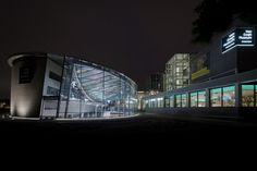 In het openingsweekend 40.000 bezoekers voor entreegebouw Van Gogh - architectenweb.nl. Op de plaats van de oude vijver naast het paviljoen voor tijdelijke tentoonstellingen is een glazen constructie gebouwd, met daaronder het nieuwe entreegebied. Het schetsontwerp is gemaakt door het bureau van wijlen Kisho Kurokawa.