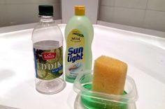 PRØV DETTE I DUSJEN: To deler oppvaskmiddel og én del eddik gjør underverker i dusjen. Som vaskemiddel på glassveggene, fungerer det mye bedre enn veldig mange spesialvaskemiddel. Foto: KRISTIN SØRDAL
