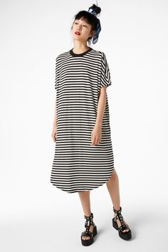One-step dressing. This light and long dress with a touch of stretch is just the perfect thing to toss on when you can't be bothered but just want to look pulled together. Short sleeves and a rounded hem.