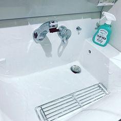 家族が毎日使う洗面所は、いつもキレイに保ちたい場所。でも、水垢や髪の毛などで汚れやすくて困っていませんか?仕事や家事で忙しく、ついつい後回しになってしまっていることも。そこで!掃除が楽になる工夫や簡単なお手入れ方法など、ピカピカな洗面所を保つ10の秘訣をご紹介します。
