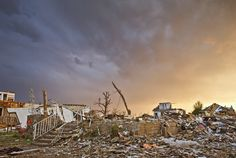 Em Joplin, Missouri, USA, um bairro está em ruínas, três semanas depois de um tornado extremamente destrutivo atingir a área em 22/05/2011, matando 160 pessoas.  Fotografia: Jim Reed.  http://cnnphotos.blogs.cnn.com/2012/04/14/professional-storm-chaser/?hpt=hp_c2
