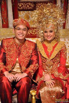 Pengantin ala Minang. Cantik dengan merah : )