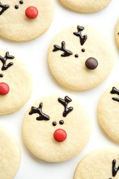 These reindeer sugar cookies are really easy to make and they look ADORABLE! The cookie recipe is so good! Perfectly even cookies, with no chilling required! (sugar cookie recipie no chill) Easy Christmas Cookie Recipes, Christmas Sugar Cookies, Christmas Snacks, Christmas Cooking, Holiday Cookies, Homemade Christmas, Simple Christmas, Holiday Treats, Christmas Shopping