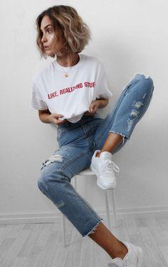 Musa do estilo: Alicia Roddy. T-shirt branca bráfica, calça jeans destroyed, tênis branco esportivo