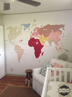 Un mapa mundi nos sirve tanto para la estimulación del bebé, jugando con sus colores, como para el interés que pueda despertar al crecer el niño.