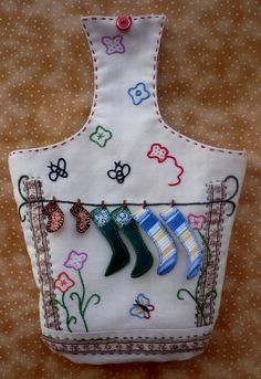bolsa de pinzas Clothespin Bag, Peg Bag, Yarn Storage, Wooden Clothespins, Arts And Crafts, Diy Crafts, Sewing Aprons, Projects To Try, Patches