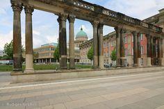 Blick auf den Steubenplatz mit den Ringerkolonaden, aus dem Lustgarten, dem Landtag und der Fachhochschule überragt von der Nikolaikirche