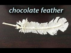 Step by step video showing how to make chocolate decoration feathers. This chocolate decorating technique can be use to make feather cake toppers and chocolate decorations for cakes and desserts. Chocolate Nests, Chocolate Work, Chocolate Flowers, Modeling Chocolate, How To Make Chocolate, Chocolate Curls, White Chocolate, Cake Decorating Techniques, Ideas Party