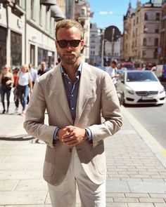 Denim shirt with light brown houndstooth sport coat Business Casual Outfits, Casual Summer Outfits, Blazer Outfits Men, Blue Suit Men, Blue Denim Shirt, Brown Suits, Houndstooth Jacket, Mens Fashion Blog, Blazers For Men