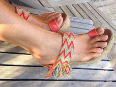 Bonita sandalia realizada con cintos WAYÚU realizdos por las artesanas colombianas de coloridos extraordinarios. Puedes personalizar el color de la piel para el dedo. Si lo prefieres, puedes elegir tira en dedos y, por último, la altura de la cuña:6, 9, 10, 12 cm, aunque en 12cm es como mejor luce la caida de flecos. Una sandalia, única, exclusiva, alegre y estilosa y, además muy cómoda
