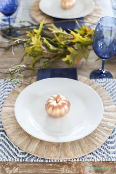 DIY Home Decor Ideas : Illustration Description A unique blue Thanksgiving tablescape, and also share where I'm willing to splurge versus save when it comes to creating tablescapes. Get the full lo… Thanksgiving Tablescapes, Holiday Tables, Thanksgiving Decorations, Seasonal Decor, Fall Home Decor, Autumn Home, Diy Home Decor, White Placemats, Blue Wine Glasses