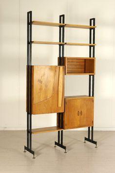 Libreria autoportante con vano trasformabile in angolo bar; legno impiallacciato mogano biondo, metallo. Buone condizioni, presentano piccoli segni di usura.