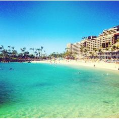 Anfi Beach - det hvide importerede sand som møder det klare Atlanterhav. Hvis du elsker sol og en smuk strand, så skal du besøge Anfi Beach! www.apollorejser.dk/rejser/europa/spanien/de-kanariske-oer/gran-canaria