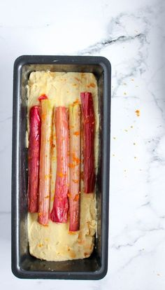 Deze rabarbercake is friszuur met een beetje kruidigheid van gember. Zijn smeuïge textuur en krokante korst maakt hem een favoriet van velen. Rhubarb Recipes, Brownie Cake, Afternoon Tea, Food Inspiration, Sweet Recipes, Cookie Recipes, Sweet Tooth, Brunch, Kitchens