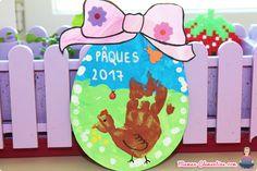 La poule empreinte de main dans un joli décor Decoration, Clock, Home Decor, Mom, Pretty, Children, Decor, Watch, Decoration Home