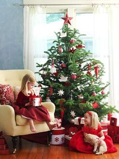 Unique Christmas Tree Themes | Breathe new life into the classic Christmas color scheme by posing ...