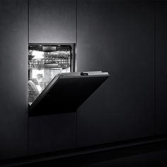 Disappearing discreetly behind furniture panels and opening with a gentle push, the dishwasher 400 series reveals a new, soft, lighting system. A gentle glow emanates from within, to better illuminate the spotless. Available in two heights – 86.5 cm or 81.5 cm.