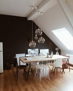 Design-Stuhl Chloé aus Metall Black Wall - an interior trend for the brave! A black wall is the newe Home Living, Living Spaces, Room Inspiration, Interior Inspiration, White Armchair, Dining Chairs, Dining Table, Painted Chairs, Kitchen Fixtures
