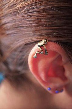 Silver or Gold tree frog ear cuff, ear cuff jacket, no piercing needed. Fake cartilage ear cuff featuring a cute tree frog in antiqued gold or Unique Earrings, Flower Earrings, Beautiful Earrings, Statement Earrings, Ear Jewelry, Body Jewelry, Jewellery, Punk Jewelry, Skull Jewelry