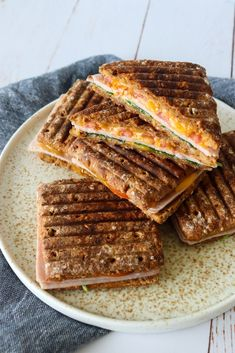 Rugbrødspanini Med Skinke, Ost Og Andet Godt – One Kitchen – A Thousand Ideas Sandwiches, Panini Sandwich, Luxury Food, Good Food, Yummy Food, Strawberry Smoothie, Food Goals, Clean Eating Snacks, Food Inspiration