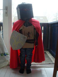 ridder outfit van oude dozen, verf, en een goedkope fleece deken ;-)