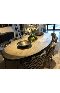 Oval table in old wood - diningroom 2019 Old Wood Table, Wooden Tables, Dining Room Design, Dining Room Table, Oval Table, Deco Table, Kitchen Decor, Sweet Home, Living Room