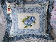 Rosas azuis bordadas à mão