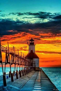 53 erstaunliche Sonnenuntergang Bilder Lighthouse under the beautiful colorful sky at sunset Beautiful Sunset, Beautiful World, Beautiful Places, St Joseph Lighthouse, Cool Pictures, Cool Photos, Sunset Pictures, Sunset Images, Nature Pictures