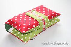 Eine Tasche für 3 Windeln und eine Reisepackung Feuchttücher, keine Wickelunterlage, schöne Anleitung