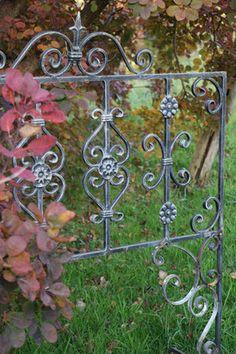 original altes Fenstergitter umgearbeitet in eine Rankhilfe Clematis, Obelisk, Outdoor Structures, Garden, Window Bars, Garden Fencing, Climbing, First Aid, Handmade