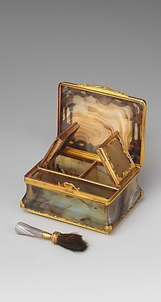 Box for rouge and patches ca. 1750-55, English, London: made of gold, agate.