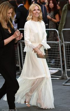 Sienna Miller looks stylish in peasant dress at High-Rise premiere - Sienna Miller in Michael Kors dress – 'High-Rise' premiere in London. Sienna Miller Style, Only Fashion, Marie, Evening Dresses, Celebrity Style, Autumn Fashion, Party Dress, Casual Outfits, Dress Up