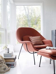 Discover the authentic Womb Chair and Ottoman by Eero Saarinen for Knoll, an iconic version of midcentury organic modern furniture design, made to curl up in. Chair Design, Furniture Design, Ottoman Design, Womb Chair, Swivel Chair, Florence Knoll, Oversized Chair And Ottoman, Bedroom Chair, Dining Room Chairs