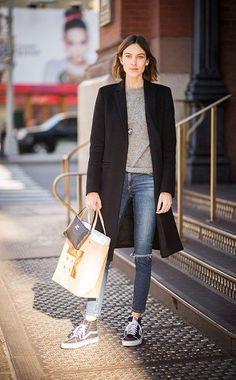 InStyle-Covergirl Alexa Chung kombiniert ihre schwarzen knöchelhohen Sneaker von Vans zuRöhrenjeans und Kaschmirpullover.
