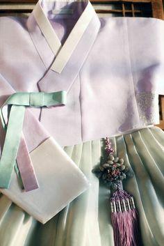 연 라일락향기 저고리에 아주 미색 옥색치마 아주 깨끗하면서도 청순한~ 고은 한복색입니다~ 결혼한 어머님... Korean Traditional Dress, Traditional Fashion, Traditional Dresses, Korean Dress, Dress Outfits, Asian, How To Wear, South Korea, Clothes