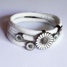 Pretty daisy charm bracelet with a magnetic clasp in the style of Kranz & Ziegler Story bracelets.