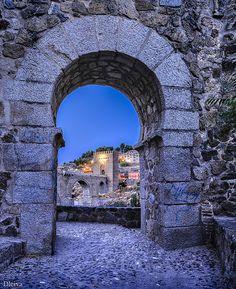Toledo, puerta de la muralla con el puente de San Martín al fondo